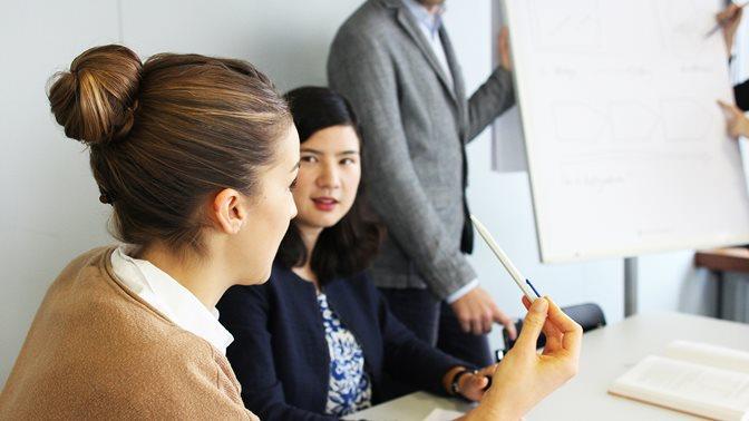 Studierende des Master in Management, Organisation und Kultur bei einer Diskussion